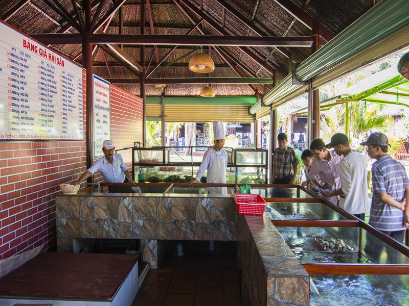 lựa chọn hải sản tươi tại nhà hàng Hương Phong Hồ Cốc