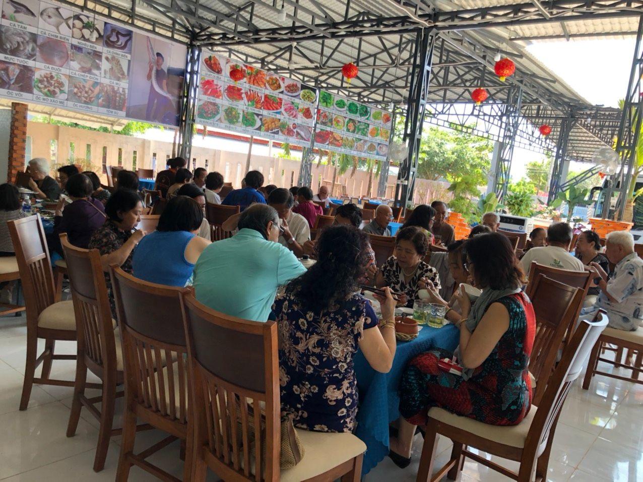 quán Hội Ngộ tiếp nhận các đoàn khách tour ở Bình Châu
