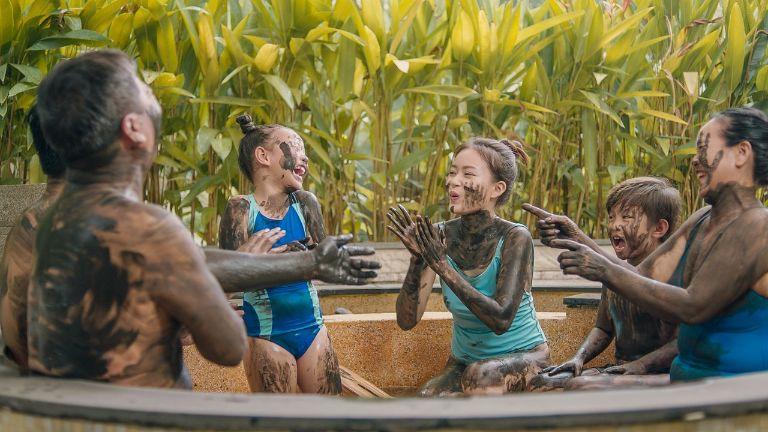 tắm bùn ở khoáng nóng thiên nhiên Bình Châu