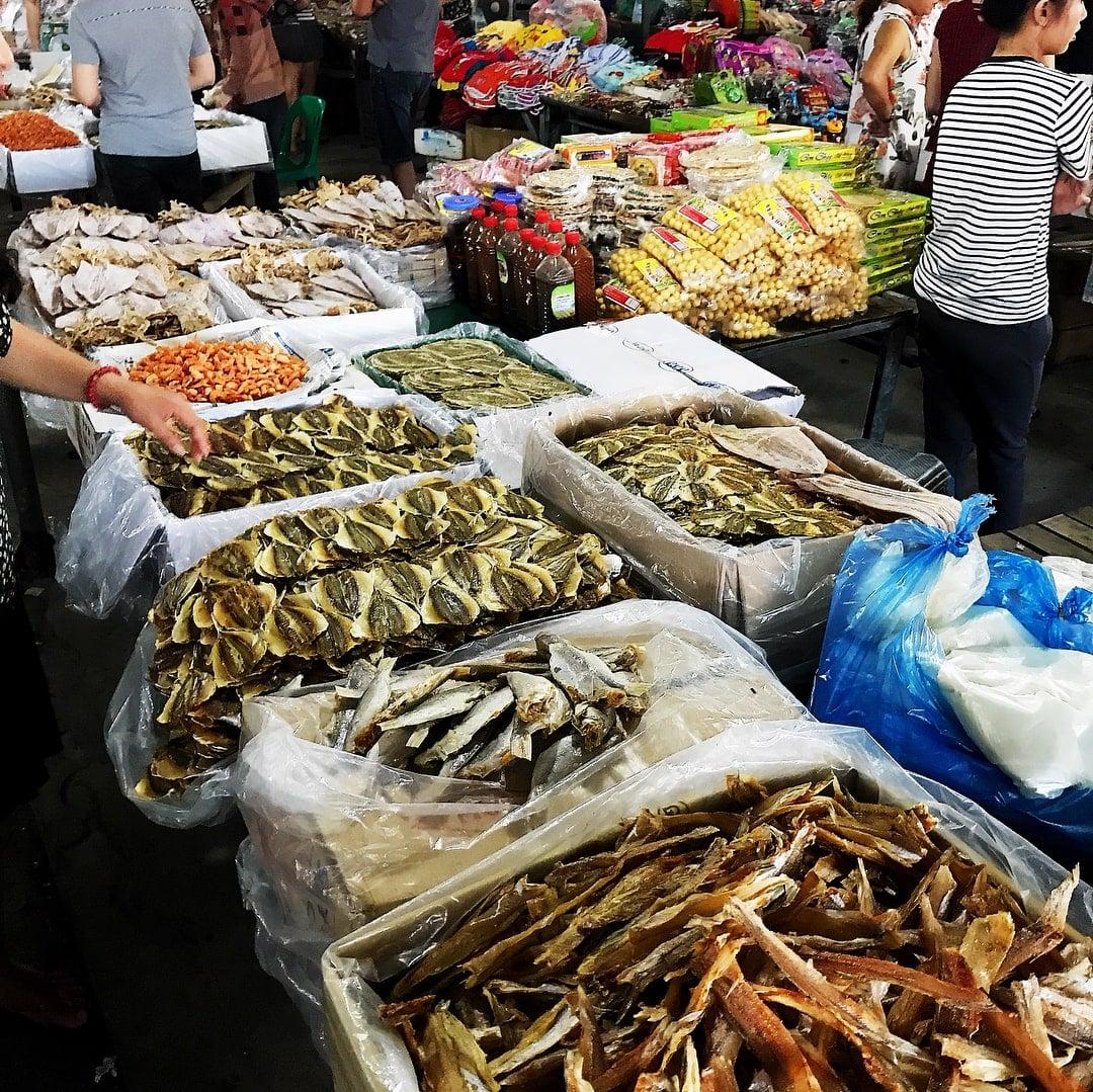 mua mực khô ở chợ An Đông